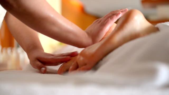 foot massage - masseur stock-videos und b-roll-filmmaterial
