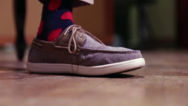 piede di musicista che segue il ritmo sul palco - picchiettare video stock e b–roll