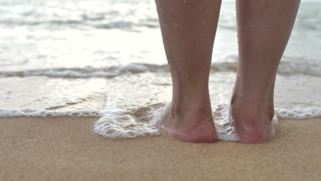 foot of tourist standing on a beach - paesi del golfo video stock e b–roll