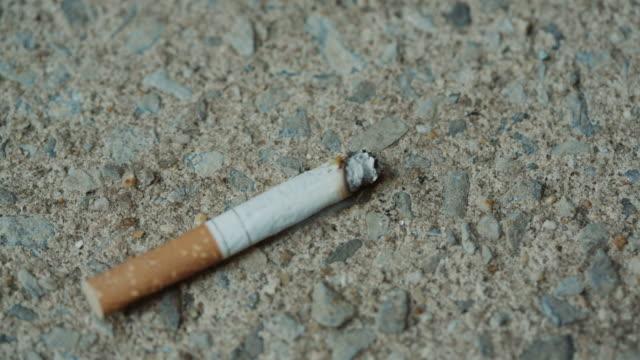 piede disattiva il fumo sigaretta scelta sana a bordo del marciapiede - sigaretta video stock e b–roll