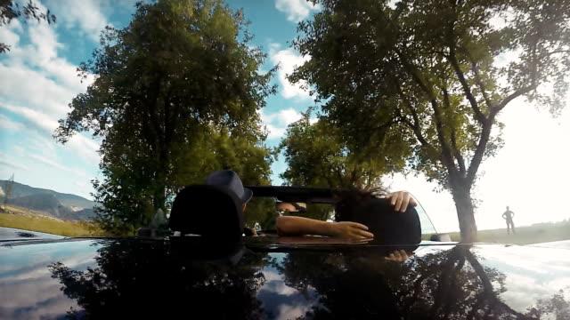 4k material: ein blick von der rückseite des cabrio mit der spitze nach unten: paar auf einem laufwerk - slowakei stock-videos und b-roll-filmmaterial
