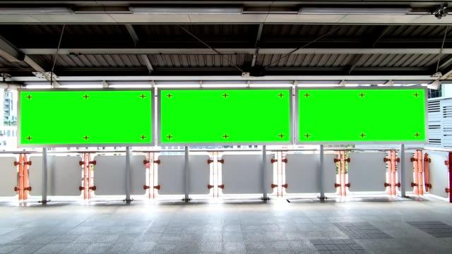 vídeos y material grabado en eventos de stock de cartel publicitario hd footage blank con pantalla verde para la visualización del producto en la estación de metro. - póster