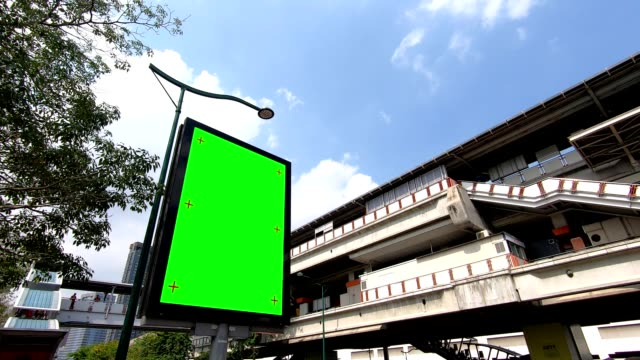 hd footage leere werbetafel mit grünem bildschirm für produktanzeige in u-bahn-station. - poster stock-videos und b-roll-filmmaterial
