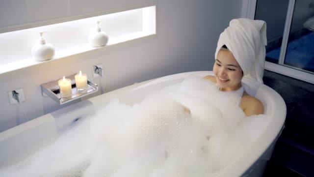 4k-fußähe close-up frauen in der badewanne und spielen blasen. - badewanne stock-videos und b-roll-filmmaterial