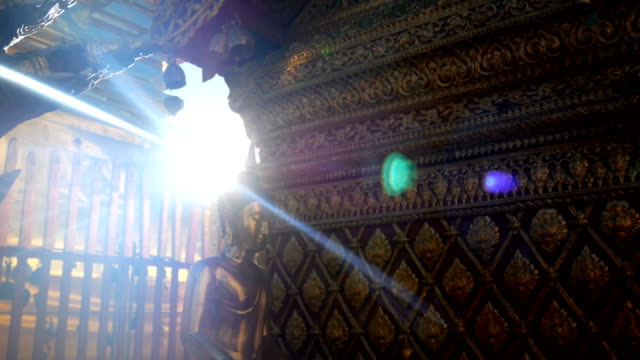vídeos de stock e filmes b-roll de 4k footage. golden buddha statue in sunlight at wat phra that doi suthep temple, chiang mai, thailand. wat phra that doi suthep is popular famous tourist temple attraction landmark in chiangmai - filosofia