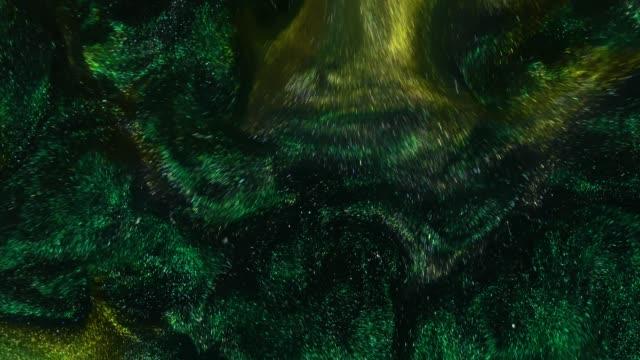 vidéos et rushes de images 4k. l'encre dans l'eau. gree encre émeraude réagissant en rouge l'eau création abstrait. - image composite numérique