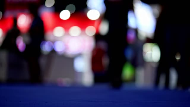 映像の動きがぼやけ、人々と一緒に焦点を合わせていないフェアフェスティバルで買い物を歩く - 展示会点の映像素材/bロール