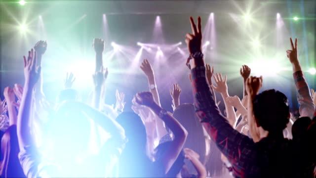 パーティー、コンサートで踊る群衆の映像。スローモーションで赤の叙事詩映画のカメラで撮影します。 - ミュージシャン点の映像素材/bロール