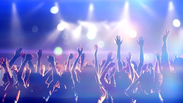 Aufnahmen von einer Menschenmenge, Tanzen in Zeitlupe Party zu einem Konzert – Video