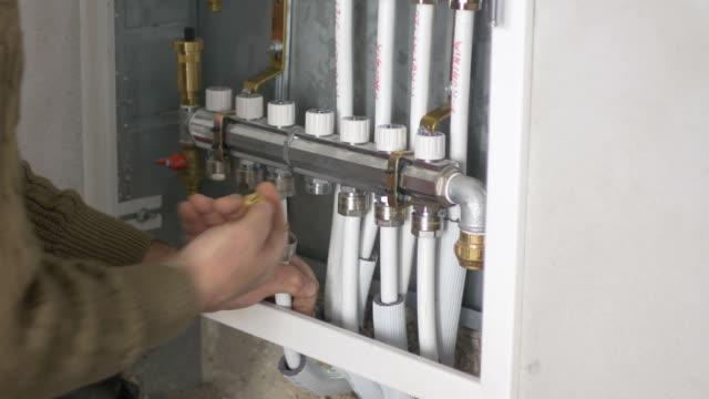 vídeos y material grabado en eventos de stock de imágenes de un plomero trabajando en un sistema central en un apartamento - fontanero