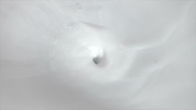 クリーミーなミルクの渦の旋回と食品乳製品の泡の背景と注いでの映像 - くるくる回る点の映像素材/bロール