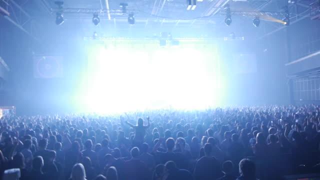 aufnahmen von masse und laser im night club - musikfestival stock-videos und b-roll-filmmaterial
