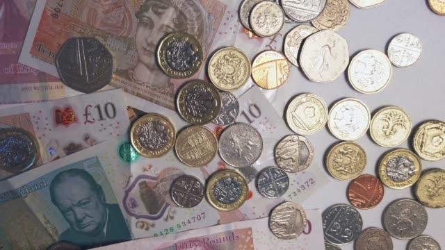 4k-aufnahmen von britischen pfund-münzen und -banknoten - pfand stock-videos und b-roll-filmmaterial