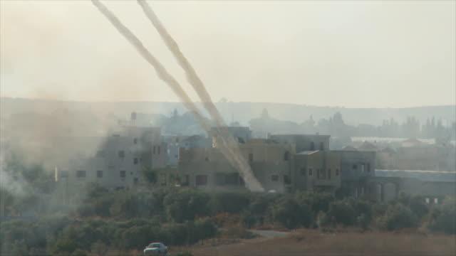 vídeos de stock, filmes e b-roll de filmagens de foguetes lançados pelos terroristas isis de uma aldeia árabe - conflito