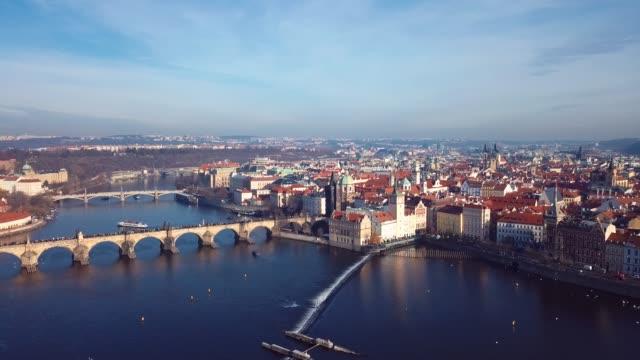 チェコ共和国プラハのヴルタヴァ川を渡るチャールズ橋への空中写真の4k映像 - チェコ共和国点の映像素材/bロール