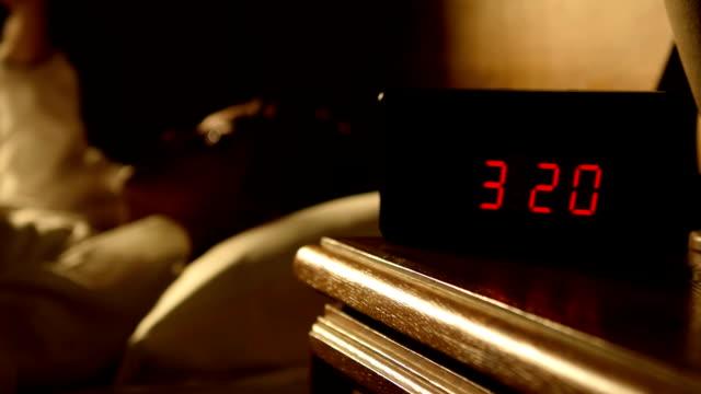 bilder av kvinna med sömnlöshet i sängen med öppna ögon - alarm clock bildbanksvideor och videomaterial från bakom kulisserna