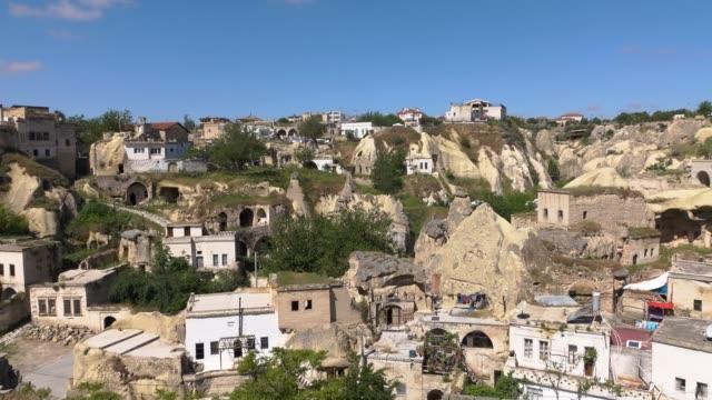 4k film. panorama över staden i klipporna. handhållen kamera - anatolien bildbanksvideor och videomaterial från bakom kulisserna