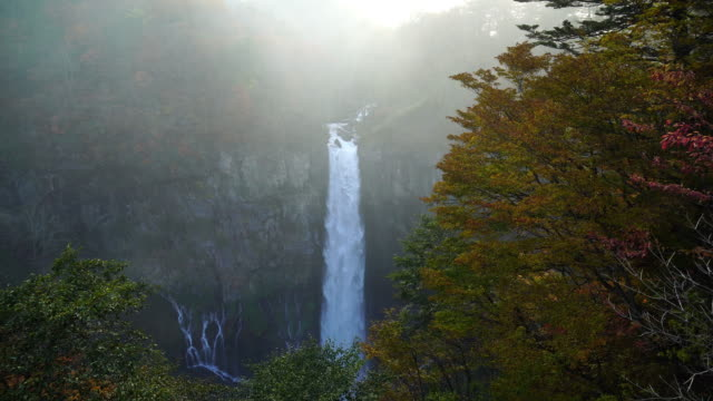 4k filmmaterial hobeln kegon wasserfälle im herbst in nikko, japan. - kaskaden gebirge stock-videos und b-roll-filmmaterial
