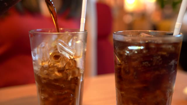 4k filmmaterial pour ice cola im restaurant. - alkoholfreies getränk stock-videos und b-roll-filmmaterial