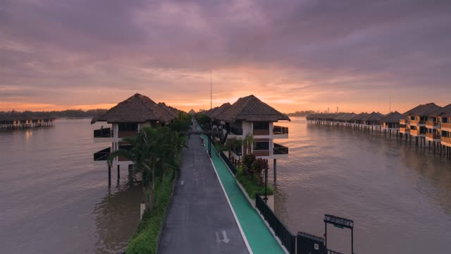 vídeos de stock, filmes e b-roll de 4k tl footage sunrise pelo lado do mar. - sol nascente horizonte drone cidade