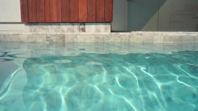 vídeos de stock e filmes b-roll de 4k footage swimming pool villa. - mansão imponente