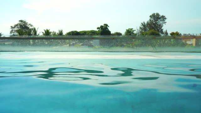 4k görüntü yüzme havuzu villa. - durgun su stok videoları ve detay görüntü çekimi