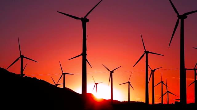 vídeos y material grabado en eventos de stock de vídeos de turbinas eólicas en el crepúsculo - energía eólica