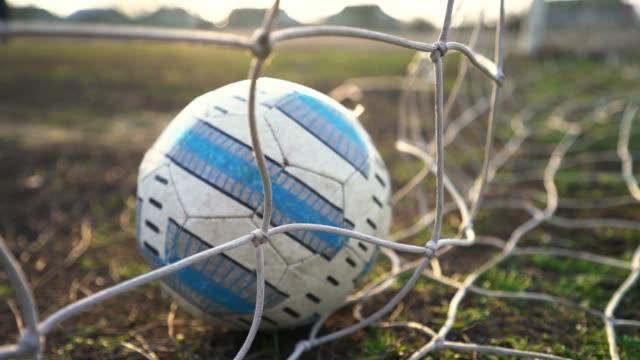 stockvideo's en b-roll-footage met voetbaldoel. de bal vliegt in het doel. voetballer scoort een doelpunt. - sportcompetitie