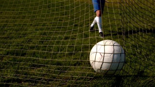 fußball, die auf der rückseite des net - strafstoß oder strafwurf stock-videos und b-roll-filmmaterial