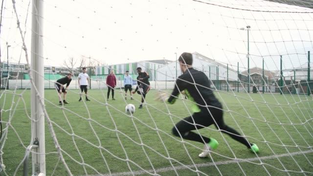 橄欖球懲罰射擊在目標後方看法 - 休閒器具 個影片檔及 b 捲影像