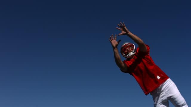 giocatore di calcio cattura la palla, rallentatore - lega sportiva amatoriale video stock e b–roll