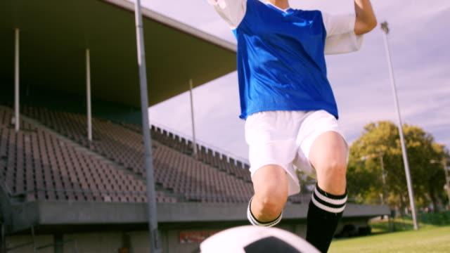 vídeos de stock e filmes b-roll de jogador de futebol de apoiar os seus joelhos - campeão soccer football azul