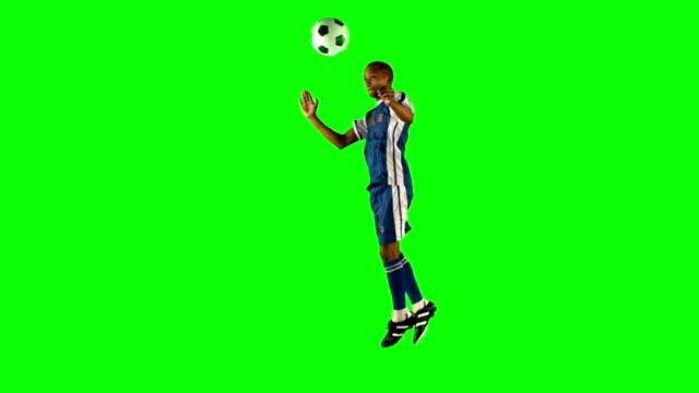 fußball-spieler nach dem ball - geköpft stock-videos und b-roll-filmmaterial