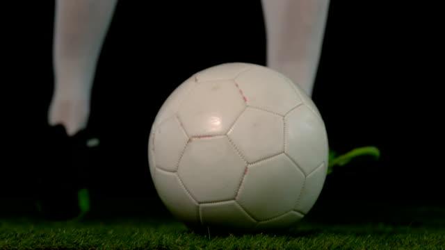 football-spieler den ball - strafstoß oder strafwurf stock-videos und b-roll-filmmaterial