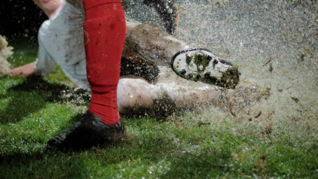 slo mo fotbollsspelare glider mellan motståndarna ben - fotboll bildbanksvideor och videomaterial från bakom kulisserna
