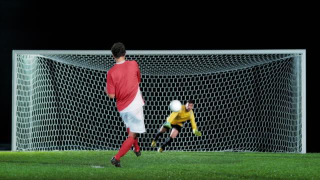 slo mo fußballer nimmt einen strafstoß - strafstoß oder strafwurf stock-videos und b-roll-filmmaterial