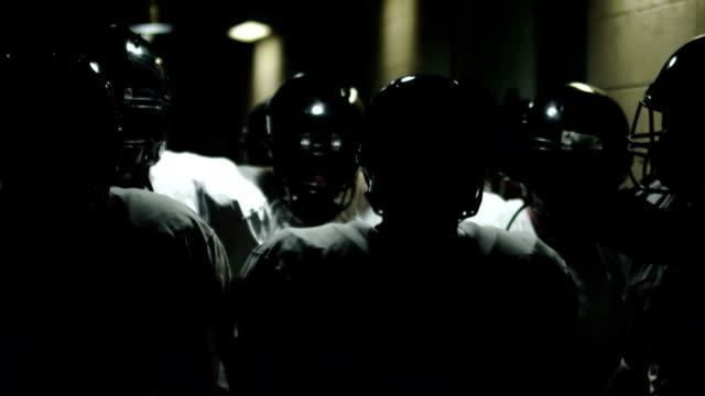 vídeos y material grabado en eventos de stock de atraviese el túnel de jugadores de fútbol - fútbol americano