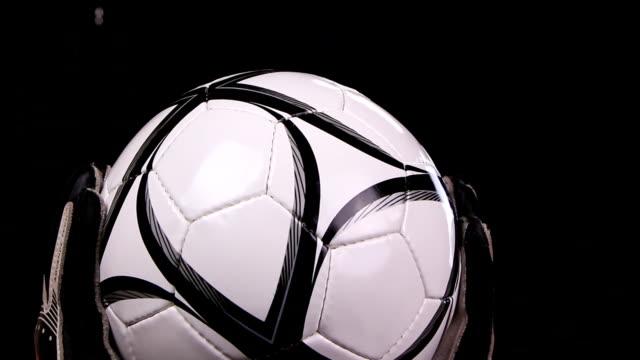 fußball fußball-torwart-clips ball, nahaufnahme - geköpft stock-videos und b-roll-filmmaterial