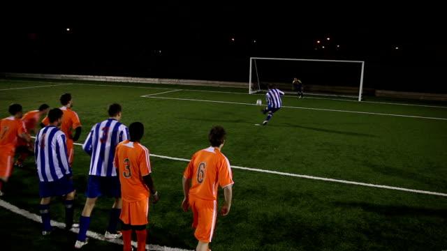 fußball match-stürmer punkten möglich (sport) - strafstoß oder strafwurf stock-videos und b-roll-filmmaterial