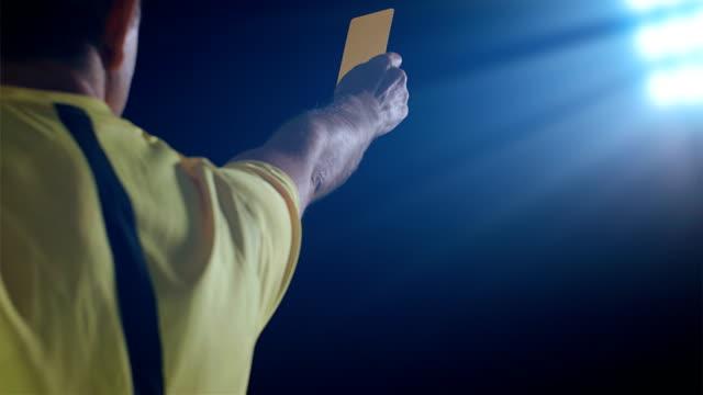 fußball-fußball-schiedsrichter zeigt rote strafkarte - strafstoß oder strafwurf stock-videos und b-roll-filmmaterial