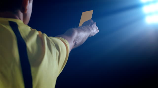 fußball-fußball-schiedsrichter zeigt strafkarte gelb - strafstoß oder strafwurf stock-videos und b-roll-filmmaterial
