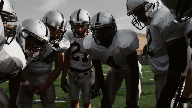 drużyna huddles. - football filmów i materiałów b-roll