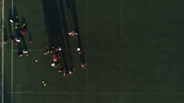 stockvideo's en b-roll-footage met team van de voetbal spelen van een spel - samen sporten