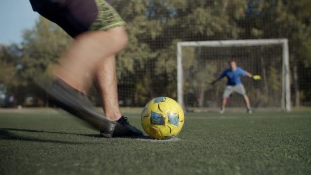 fußballer erzielt ein tor nach elfmeterschießen - strafstoß oder strafwurf stock-videos und b-roll-filmmaterial