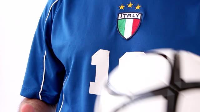 vídeos de stock, filmes e b-roll de vestindo traje nacional de futebol de itália e jogando uma bola - futebol internacional