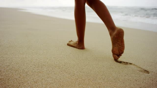 vídeos de stock e filmes b-roll de passos na areia suave - suavidade