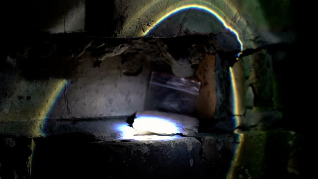 судебно-медицинский эксперт в перчатках найти пакет с наркотиками в кирпичной стене отверстие, крупным планом - expert стоковые видео и кадры b-roll