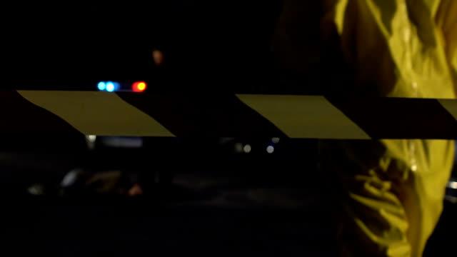эксперт-криминалист, идущего к офицеру рядом с телом жертвы отравления на месте преступления - expert стоковые видео и кадры b-roll