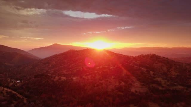 skog täckte bergen i solnedgången - drone skott - nationalpark bildbanksvideor och videomaterial från bakom kulisserna