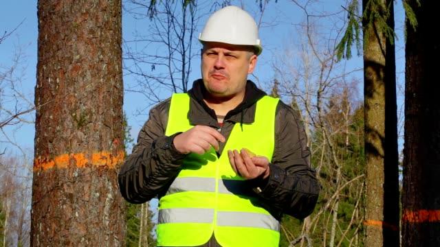 vídeos de stock, filmes e b-roll de floresta engenheiro comendo batatas fritas na floresta - descascado